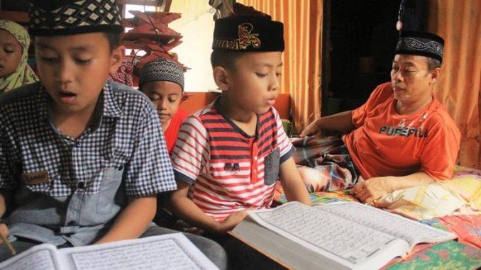 AMIN yang Ajarkan Ngaji Gratis ke Warga