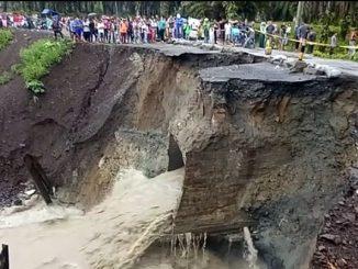 Jalan Penghubung Siantar-Tanah Jawa Lumpuh Total