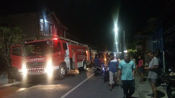 Pemadam Berusaha Memadamkan Api Di Lokasi Kebakaran Di Jalan Narumonda Bawah Pematangsiantar