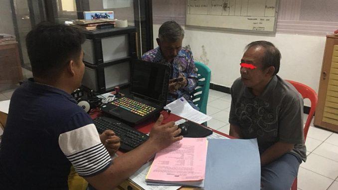 Tersangka Sedang Menjalani Pemeriksaan Di kantor Polisi