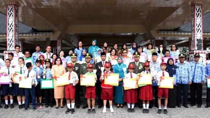 Pemko Memberikan Penghargaan Kepada Tenaga Pendidik dan Siswa-siswi Pemenang Olimpiade Sains