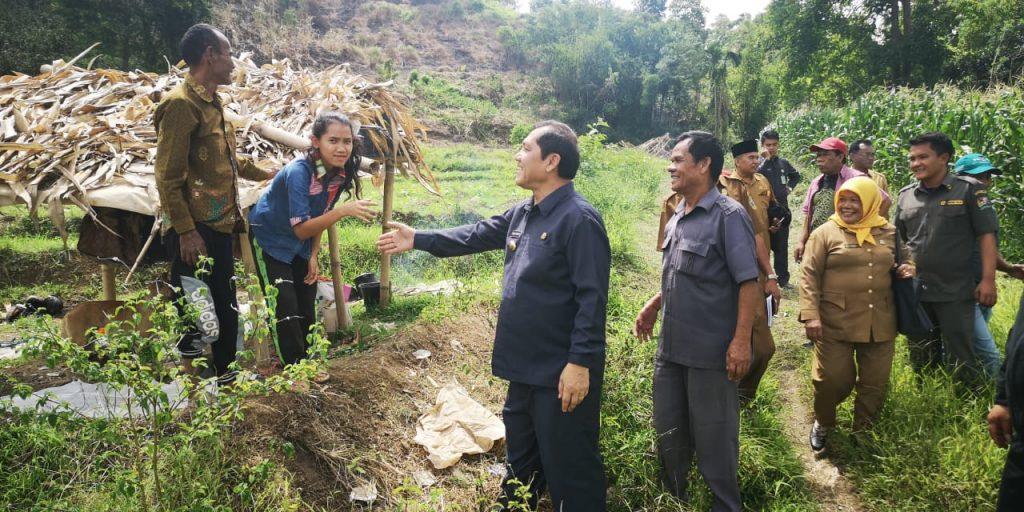 ket foto:Terkelin brahmana SHBeserta rombongan saat menelusuri jalan setapak ditumbuhi semak belukar yang baru dibabat perangkat desa setempat dan bertemu masyarakat di perladangan.foto terkelinbukit.