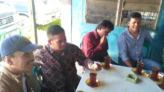 Kepala BNNK Karo Berbaur Bersama Masyarakat Di Warung Kopi Untuk Sosialisasi Anti Narkoba
