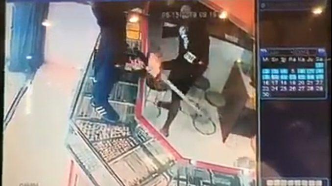 Perampokan Toko Emas Menggunakan Senpi dan Samurai Terekam Kamera CCTV