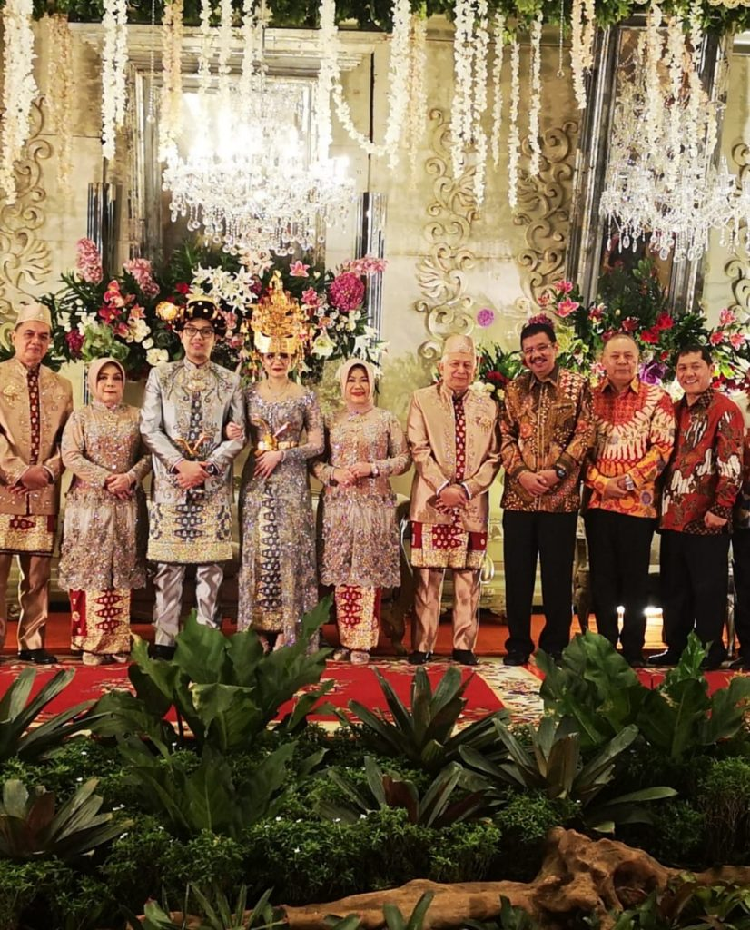 ket foto : Kajatisu H. Fachruddin Siregar melihat kedatangan Bupati Karo, langsung menyambut dan Bersalaman, trimakasih,Pak Terkelin sudah hadir dalam Resepsi pernikahan ini.foto (ist) terkelin bukit