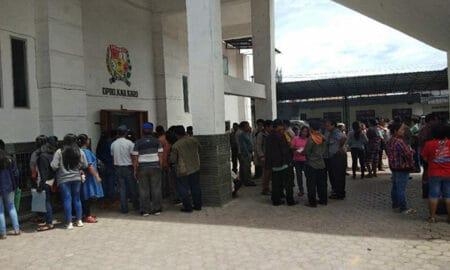Ket foto :Para orangtua siswa asal Merek saat mendatangi Kantor DPRD Karo. foto : terkelinbukit
