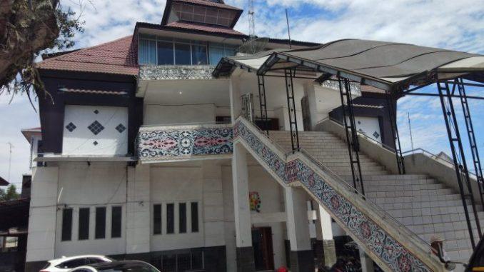 Ket foto :Gedung DPRD Kabupaten Karo Jalan Veteran Kabanjahe Foto.terkelinbukit.