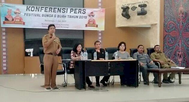 ket foto :BUPATI Karo, Wakil Bupati, Kadis Pariwisata dan Sekda saat melakukan konferensi pers di Aula Taman Mejuah-juah Berastagi.foto terkelinbukit