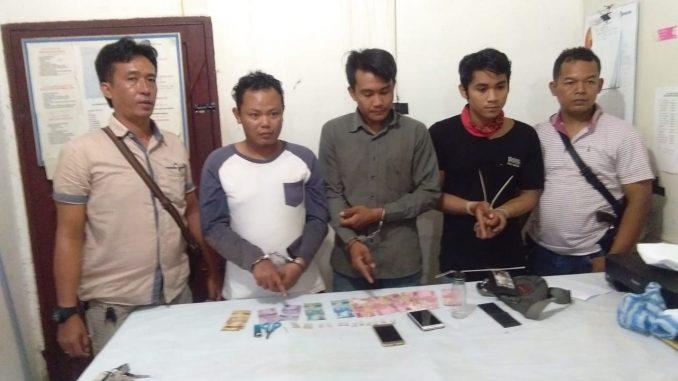 Keterangan Photo : Ketiga Tersangka Kasus Pidana Penyalahgunaan Narkotika Berikut Barang Bukti Saat Bersama Tim Opsnal Saat Di Mapolsek Bangun