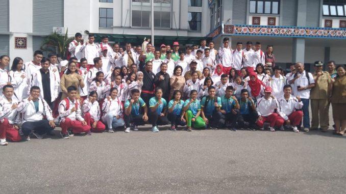 ket foto:para ke seluruh atlet foto bersama di halaman kantor bupati karo.foti terkelinbukit.