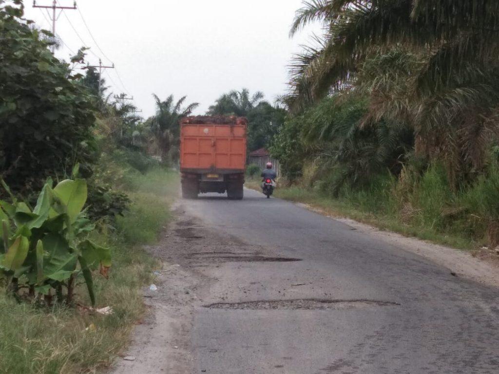- Truck bermuatan melebihi kapasitas melintas di lintasan jalan Kecamatan Hutabayu Raja.