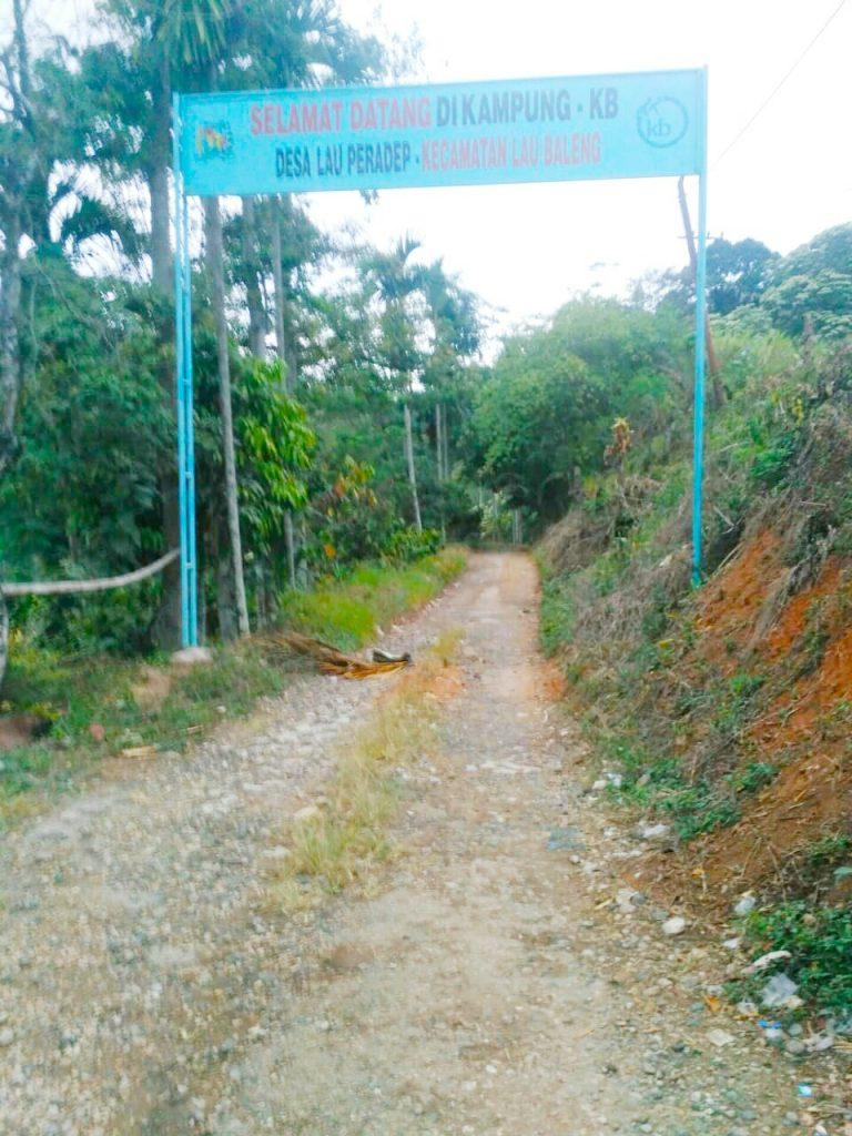 Ket foto : Kepala Desa Lau Paradep Kecamatan Lau Baleng Kabupaten Karo di konfirmasi saat berada di Lokasi Jalan Desa yang merupakan Kampung KB, Rabu (14/08) 2019 foto terkelinbukit.