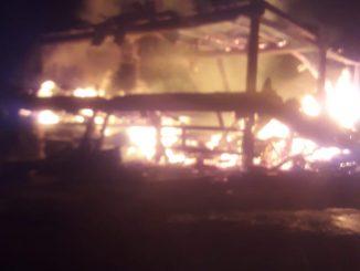 Ket foto: terlihat rumah adat siwaluh jabu saat terbakar di desa sukamaju kec tigapanah. .foto terkelinbukit.