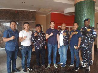 Ketua Ampi Sumut Dr. David Luther Lubis menyerahkan Seragam Ampi kepada Balon Bupati Simalungun Tumbur Napitupulu,SE