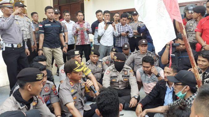 Kapolres Batubara Duduk Bersama Pendemo Dilantai Teras Depan Gedung DPRD