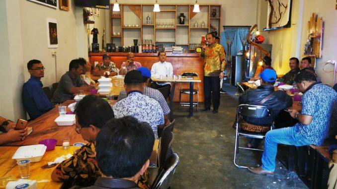 Ket foto : bupati karo Terkelin Brahmana, SH didampingi para OPD memberikan arahan saat Rakorpem berlangsung di Cafe Kampung kita merek. foto terkelinbukit.