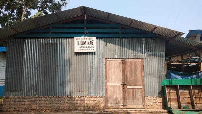 """Bangunan Milik BUM-Nag """"Sumber Rezeki"""" berlokasi di Pondok Seng Lokasi HGU PT. Sipef Divisi Kerasaan."""