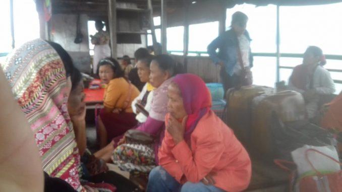Masyarakat Sigaol Timur dan Barat Naik Kapal Kecil Menuju Onan di Balige