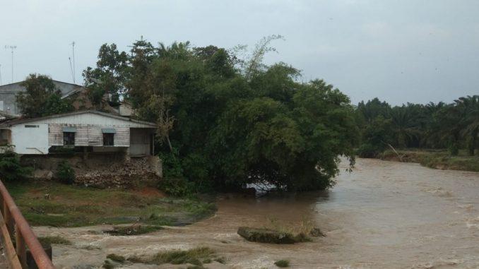 Keterangan Photo : Kondisi Jembatan Dan Perumahan Warga Terancam Ambruk Akibat Abrasi Sungai Bah Bolon.