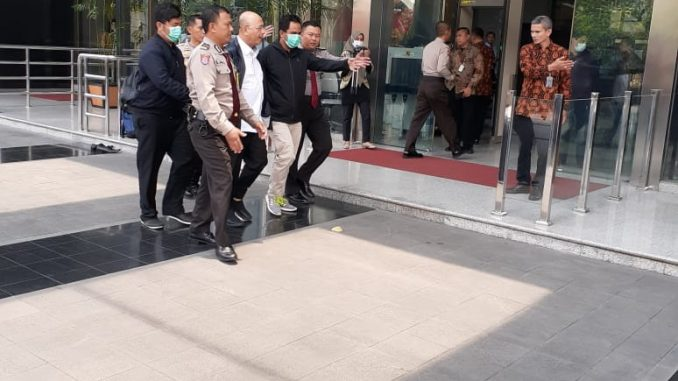 Walikota Medan Dzulmi Eldin Tiba Di Gedung KPK pukul 11.48 WIB dengan mobil tim KPK