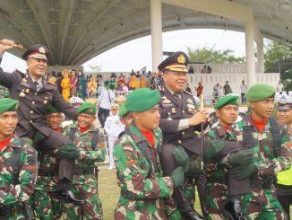 Kapolres Batu Bara AKBP. Robinson Simatupang SH, M.Hum, Kapolres Asahan dan Kapolresta Tanjung Balai digendong dan diusung oleh prajurit TNI dari Bataliyon 126/KC (Kala Cakti)
