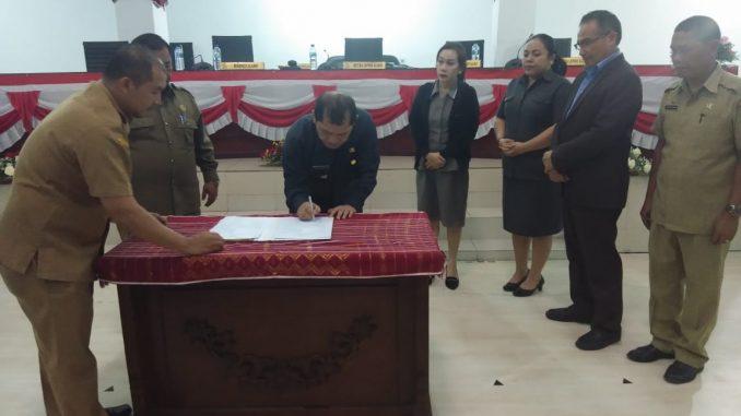 Ket foto :Pemda Karo dilakukan penandatanganan berita acara kesepakatan dengan pimpinan DPRD Karo menjadi Peraturan Daerah (Perda ) tentang APBD T. A. 2020,tepat pada pukul 23.27 WIB. .foto terkelinbukit