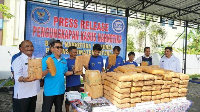 28 Oktober 2019 dalam hal ini Bidang Pemberantasan BNNP SUMUT melaksanakan kegiatan press release pengungkapan tindak pidana narkotika jenis Daun Ganja Kering Sebanyak 143 Kg Jaringan Aceh-pematang Siantar-Lampung
