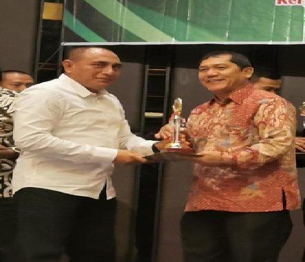 Ket foto : Gubsu Edy Rahmayadi menyerahkan penghargaan kepada Bupati karo Terkelin Brahmana, SH terkait TPID Berprestasi di Hotel polonia Medan. foto (Ist)