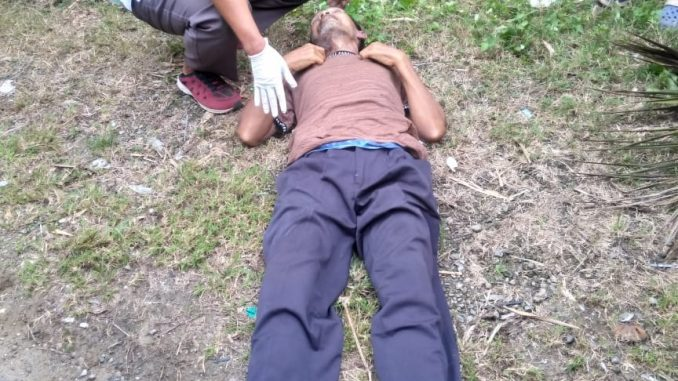 Ket foto:mayat tanpa identitas di temukan di pinggir jalan ,foto terkelinbukit