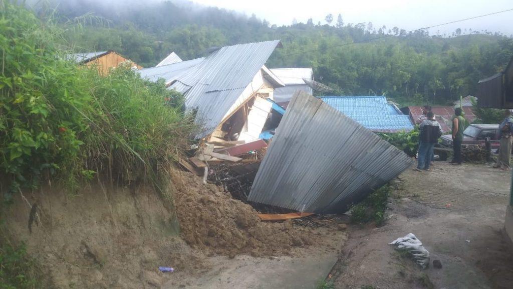 Ket  foto : rumah salah satu warga atas nama  Jamson Tarigan roboh terkena longsor akibat diguyur hujan lebat dan angin kencang  selama berjam jam, di Desa Nagara kec. Merek. foto terkelinbukit.