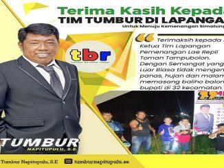 Ketua Tim Lapangan Pemenangan Repli Toman Tampubolon, dengan semangat yang luar biasa memasang baliho di 32 kecamatan