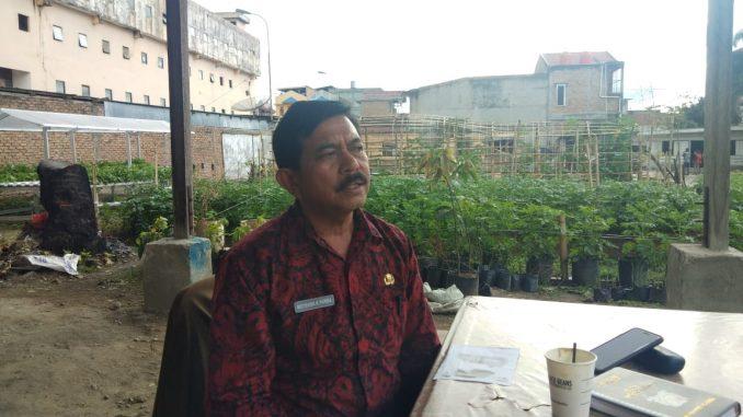 Kadis pertanian dan peternakan saat di konfirmasi di depan kantornya kabanjahe, foto terkelin bukit.