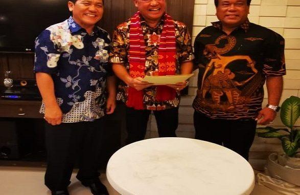 Ket foto : Bupati karo Terkelin Brahmana sebagai saksi dalam serah terima kepengurusan Emaka Ban dari pengurus lama (Agustin Pandia) kepada pengurus baru (vespa Conggo S. Meliala) di Gedung Kenanga Medan. Ist