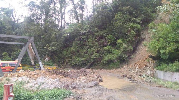 Ket Foto : Tumpukan material longsoran di sekitar Titi Lau Bengarus, Kecamatan Naman Teran, Kabupaten Karo mengganggu pelintas. foto :terkelinbukit.