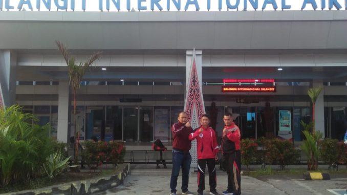 Keberangkatan atlet junior bersama ketua JKI Ludovicus Butar Butar (kanan) Anjas Putra Gurning (tengah) Lamsindak Manurung (kiri)
