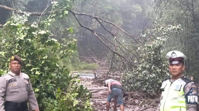 Lokasi Longsor Sebelum Dibersihkan Oleh Petugas, Lokasi Lae Pondom, KM 111 – KM 112, Kecamatan Sumbul, Kabupaten Dairi.