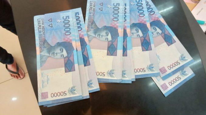 Warga kelurahan Pardede Onan, Kecamatan Balige Kabupaten Tobasa berinisial N Br T ( 67 thn ) pemilik warung kelontong tertipu dengan Uang Palsu.