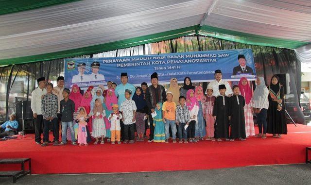 Puluhan anak yatim menerima santunan dari Pemerintah Kota (Pemko) Pematangsiantar. Penyerahan santunan dilakukan dalam rangkaian peringatan Maulid Nabi Muhammad SAW 1441 H