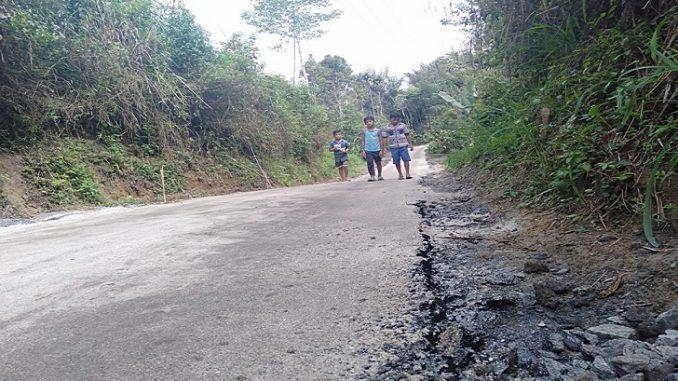 Jalan di nagori Siatasan setelah dikerjakan Aspal sudah rusak