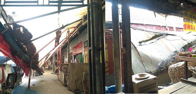 Ket foto : Salah Kanopi Milik Pedagang di Pasar Buat Berastagi Kabupaten Karo yang runtuh beberapa waktu lalu, belum di perbaiki oleh Dinas Terkait, Selasa (14/01) 2020 (foto terkelinbukit)