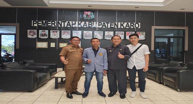 ketua panitia pagelaran musik dan budaya berpoto bersama Bupati Tanah Karo dan kepala dinas pariwisata dan kebudayaan di Kantor Bupati Kabanjahe