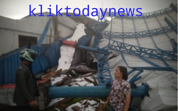 Angin puting beliung yang melanda wilayah Desa Silaitlait, Kecamatan Siborongborong, Kabupaten Tapanuli Utara, sekira pukul 15.20 WIB