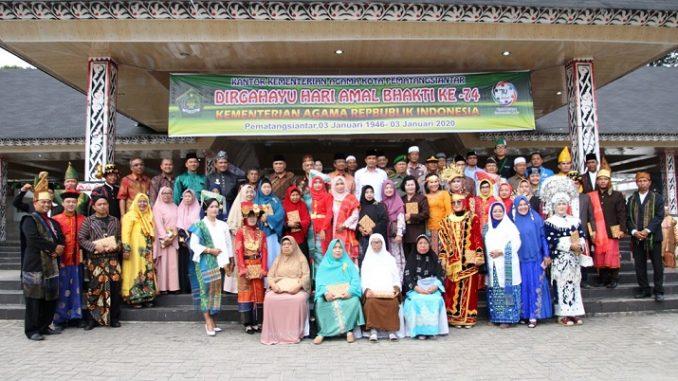 Keanekaragaman budaya di Indonesia mewarnai upacara peringatan Hari Amal Bhakti ke-74 yang diselenggarakan Kementerian Agama di Lapangan H Adam Malik, Jumat (3/1).