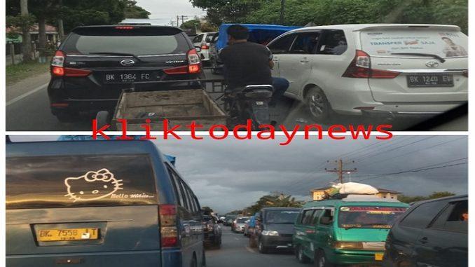 Ribuan kendaraan sudah mulai keliatan memadati ruas jalan Jalinsum di Tobasa dari Balige sampai ke Porsea pada hari Jumat ( 03/01/2019 ) dari jam 13.00 sampai malam ini