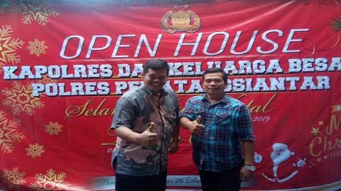 Sebelah kiri : Rocky Marbun, Sebelah Kanan : Bangun Pasaribu saat menghadiri Open House Kapolres Pematangsiantar