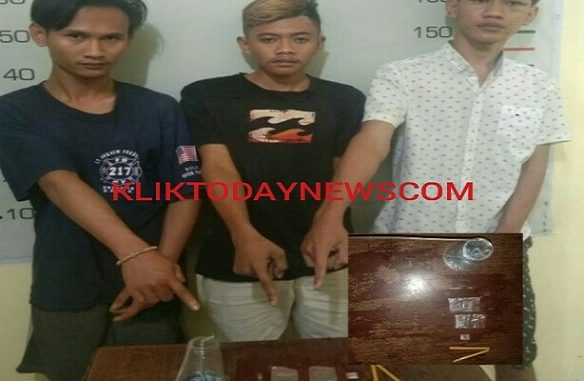 Para pelaku, Fahriz (19), Rahmad Nurhadi (23) dan Muhammad Aji Pangestu (19)