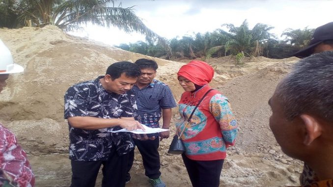 Dirut PTPN IV Siwi Peni Saat Menerima Laporan Ketua TimPelaksanaan Penanggulangan Bencana Alam Hanafi Purba di Lokasi BC Areal Afdeling 3, Unit Kebun Marihat, Kecamatan Tanah Jawa, Kabupaten Simalungun