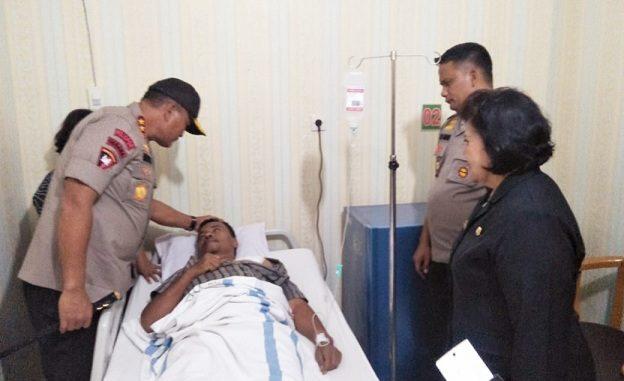 Ket foto: Kapoldasu Irjen Pol Drs. Martuani Sormin, M.Si saat membesuk Aiptu Basmi Ginting di ruang VIP RSU Kabanjahe. foto terkelinbukit.