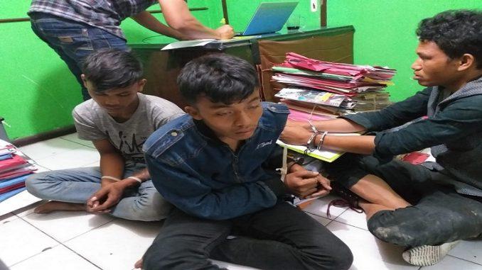 Para tersangka di tangkap melalui drama kejar kejaran, masing masing IM alias Indra (22), PMP alias Putra alias Maulana (17), dan NM alias Nopri alias Anto (16)