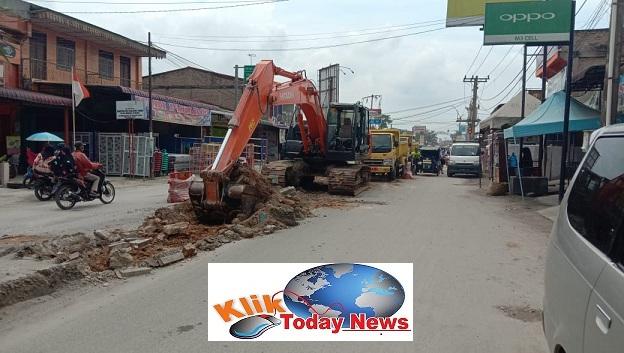 Ket Poto : Pembongkaran median Jalan Merdeka Menuju Ujung BomTanjung Tiram dilakukan, kamis 13/2/2020